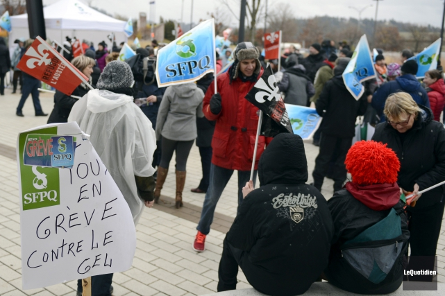 Les manifestants ont marché devant le Centre local... (Photo Le Quotidien, Jeannot Lévesque)