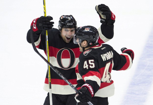 Le défenseur Cody Ceci félicite Chris Wideman (45)... (La Presse Canadienne)