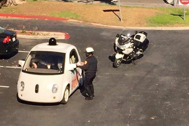 Le policier a intercepté la voiture sans conducteur... (Tirée de Google+)