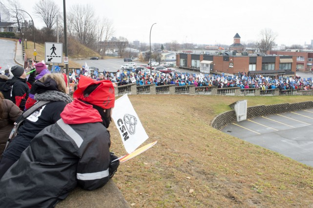 Environ 1500 manifestants ont envahi la Côte Plouffe.... (Stéphane Lessard)