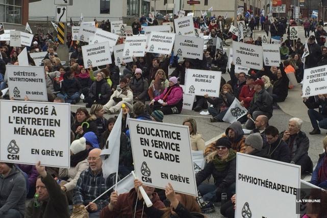 Des centaines de manifestants du secteur de la... (La Tribune, Alexandre Faille)