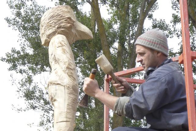 Jean-Robert Drouillard à l'oeuvre sur son plus récent... (PHOTO FOURNIE PAR LA VILLE DE MONTRÉAL)