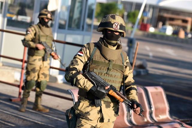 Des membres des forces spéciales égyptiennes montent la... (PHOTO MOHAMED EL-SHAHED, AFP)