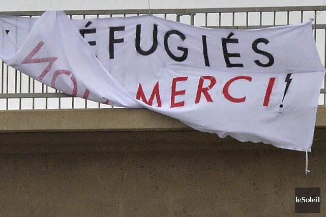 La banderole portant la mention «Réfugiés non merci!»... (Photothèque Le Soleil, Pascal Ratthé)
