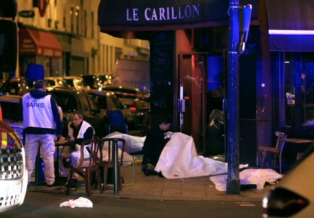 Des corps sont étendus sur le pavé à... (AP, Thibault Camus)