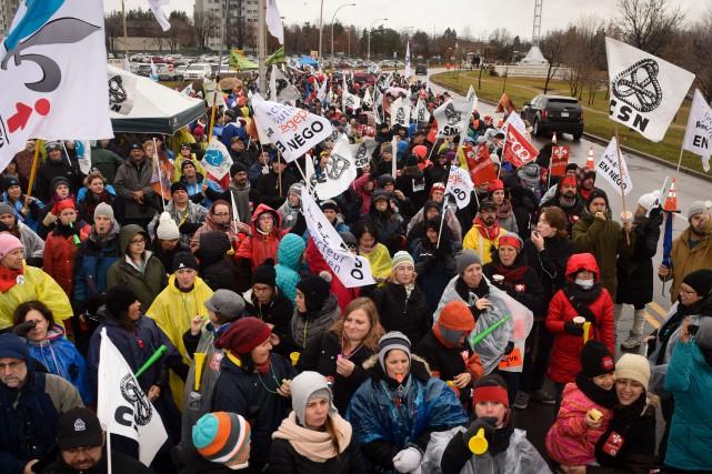 Environ 1500 personnes ont convergé devant le CHAUR... (photo: François Gervais)