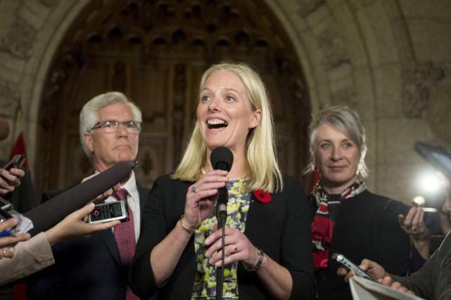 Catherine McKenna discute avec les médias après son... (Archives PC)