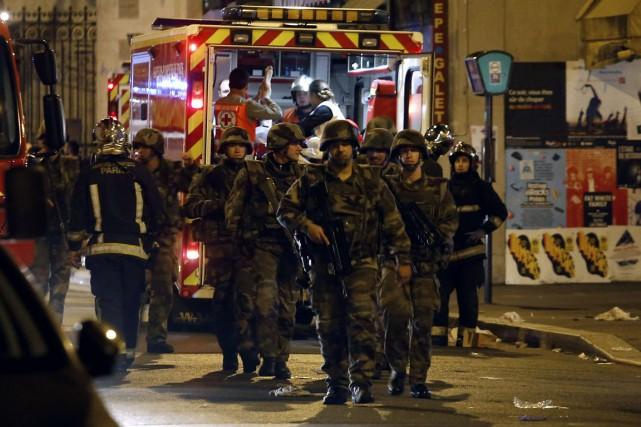 Des soldats sont déployés près du café La... (Photo PIERRE CONSTANT, AFP)