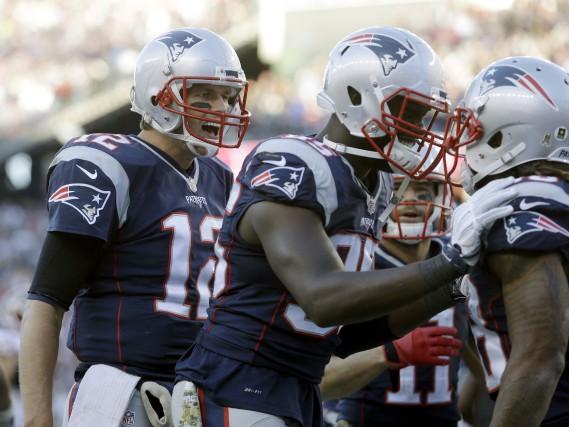 Le quart-arrière Tom Brady (12) a frisé la... (AP, Steven Senne)