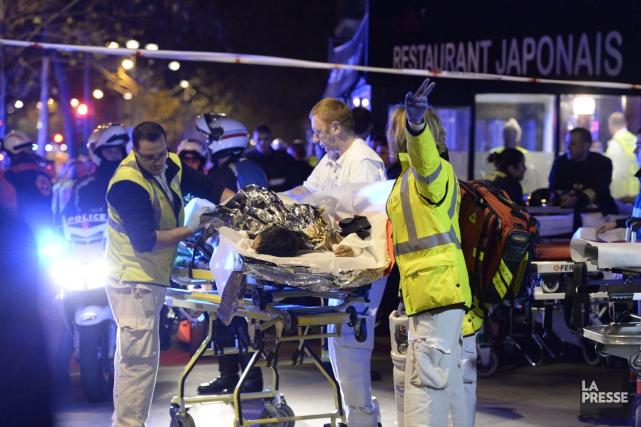 Des ambulanciers portent secours aux victimes de la... (AFP)