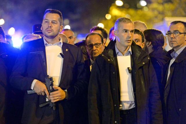 Le président Hollande était entouré de nombreux gardes... (AFP)