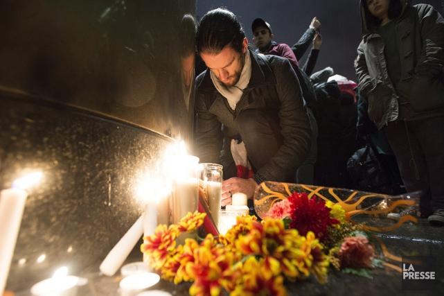 Un homme se recueille, vendredi soir, à Montréal,... (Photo PC)