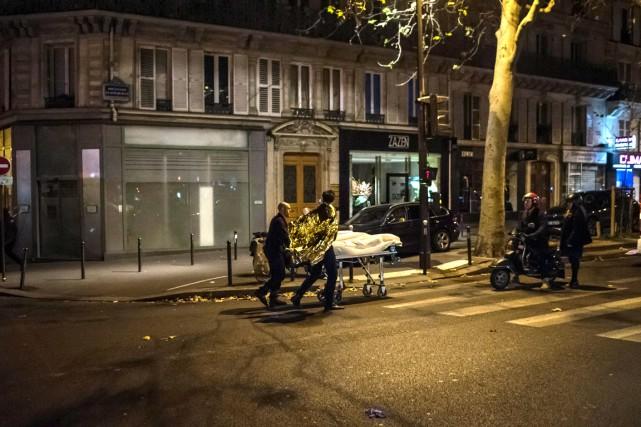 Un corps est transporté sur une civière dans... (AFP)