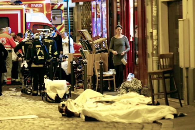 Les corps de dizaines de victimes ont été... (AP)