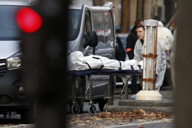 Une victime du Bataclan est transportée au lendemain... (PHOTO CHARLES PLATIAU, REUTERS)