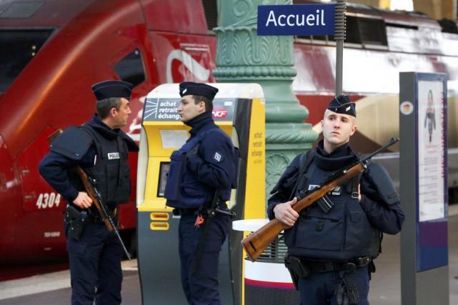 Des policiers patrouillent à la Gare du Nord,... (PHOTO YVES HERMAN, REUTERS)