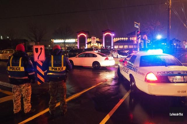 Les policiers de la Sûreté du Québec, accompagnés... (Alain Dion, La Voix de l'Est)