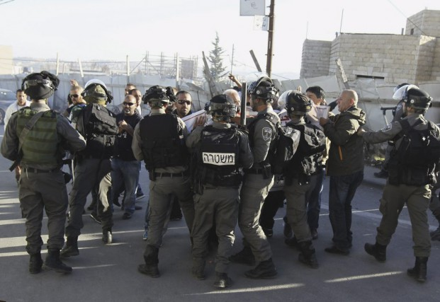 Les forces israéliennes restreignent des Palestiniens manifestant dans... (PHOTO AMMAR AWAD, REUTERS)