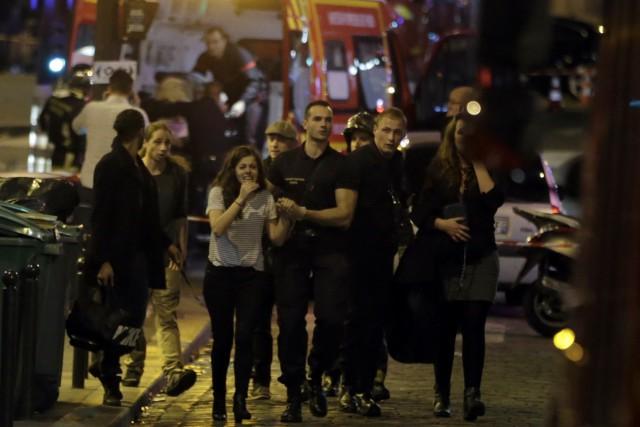 Les secours ont évacués des gens du 10e... (AFP, Kenzo Tribouillard)