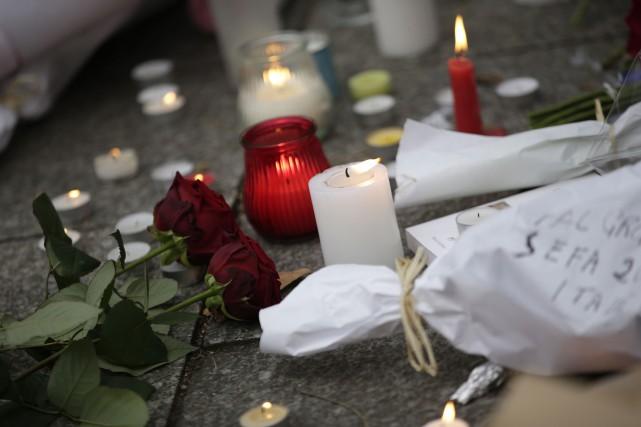 Les messages de sympathies, de dégoût et d'inquiétude affluent du Québec et du... (PHOTO KENZO TRIBOUILLARD, AFP)
