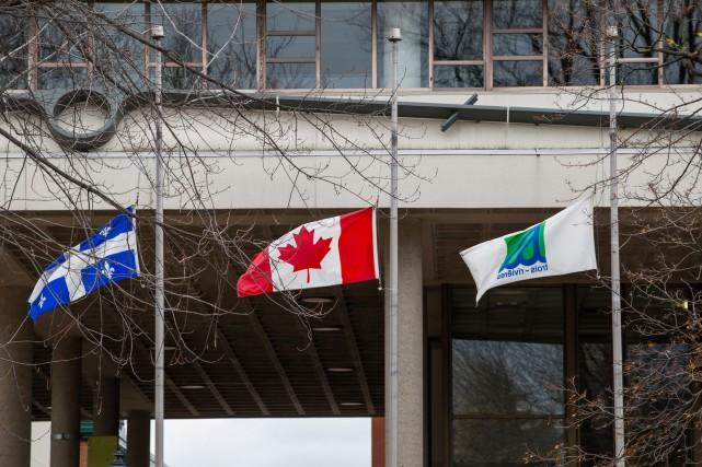 La Ville de Trois-Rivières a mis ses drapeaux... (Photo: Olivier Croteau)