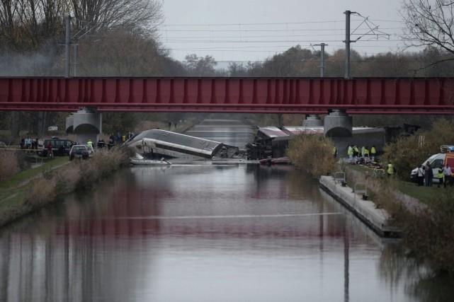 La rame argentée du train, composée de cinq... (AFP, Frederick Florin)