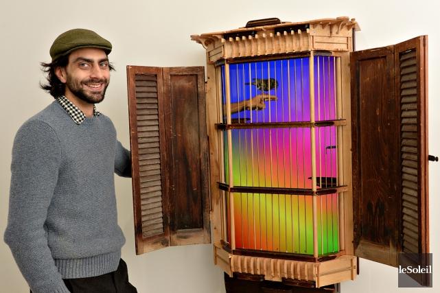 Graeme Patterson montre la cage de fer et... (Le Soleil, Patrice Laroche)
