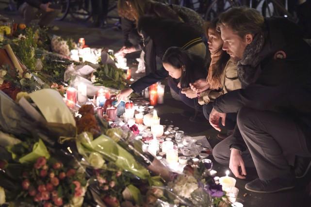 Les attaquesont causé la mort d'au moins 129... (PHOTO AFP, ERIC FEFERBERG)