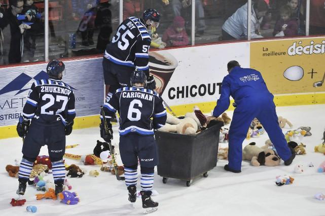Quelques joueurs des Saguenéens ont prêté main-forte au... (Photo Le Progrès-Dimanche, Rocket Lavoie)