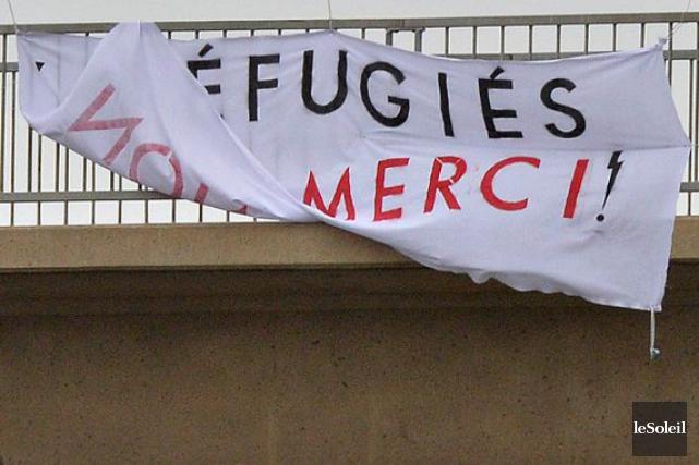 Une banderole avec le message «Réfugiés, non merci»... (PHOTO PASCAL RATTHÉ, LE SOLEIL)