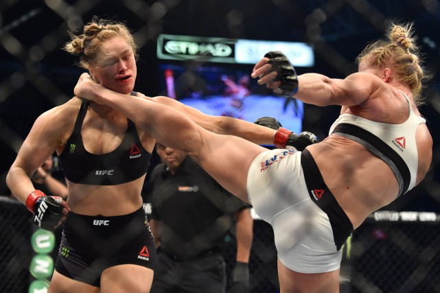 Holly Holm assène un coup de pied à Ronda... (Photo Paul Crock, AFP)