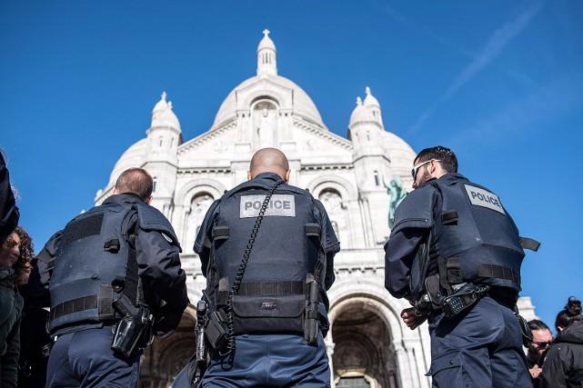 Des policiers montent la garde près de la... (Photo Kamil Zihnioglu, AP)