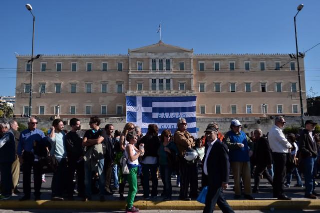Des manifestants en grève se sont réunis devant... (PHOTO LOUISA GOULIAMAKI, AFP)