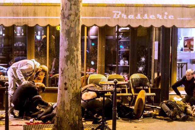 Plusieurs restaurants et cafés ont été ciblés lors... (PHOTO ANTHONY DORFMANN, AFP)