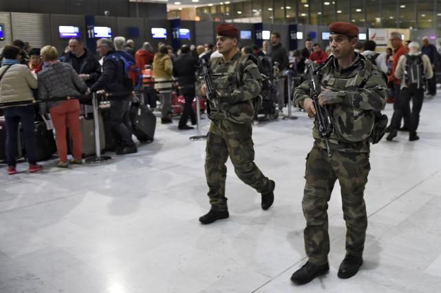 Des soldats assurent une surveillance accrue à l'aéroport... (PHOTO ERIC FEFERBERG, AFP)
