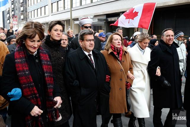 Des milliers de personnes et de dignitaires se... (PHOTO ROBERT SKINNER, LA PRESSE)