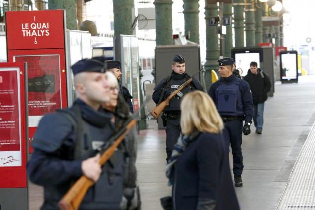 Des policiers patrouillent dans la Gare du Nord,... (Photo YVES HERMAN, Reuters)