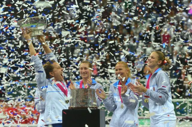 Barbora Strycova célèbre la victoire tchèque en compagnie... (PHOTO DAVID W CERNY, REUTERS)