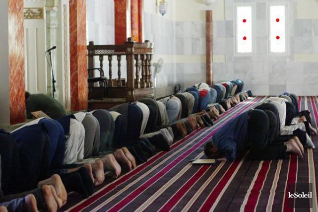 Des musulmans lors de la prière.... (Photothèque Le Soleil)