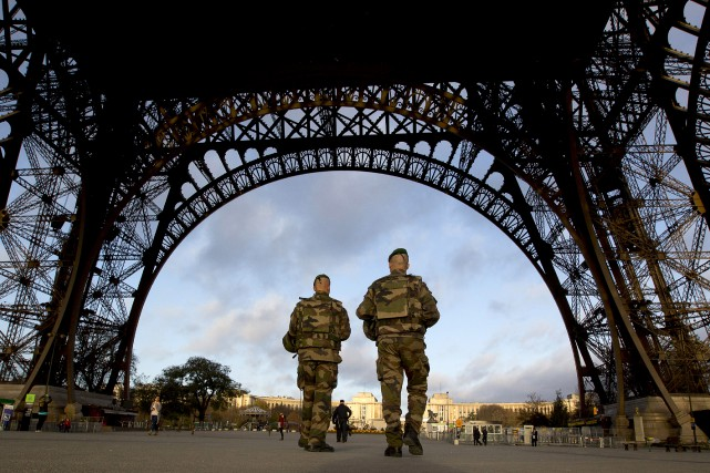 Si les auteurs des attentats terroristes de vendredi... (AP, Peter Dejong)