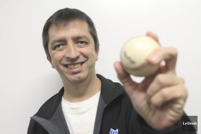 Serge Gauthier s'implique bénévolement dans le baseball en... (Etienne Ranger, LeDroit)