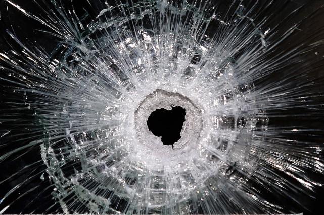 «Un projectile aurait fait éclater la porte-patio de... (Associated Press)