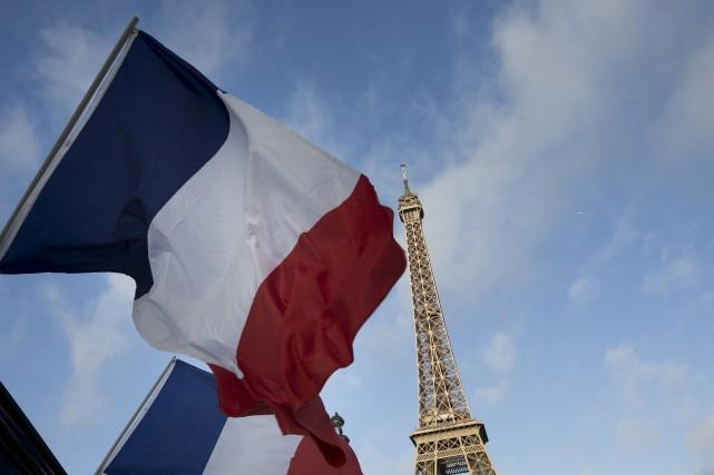 La capitale parisienne reprend difficilement ses esprits après avoir été la... (Associated Press)