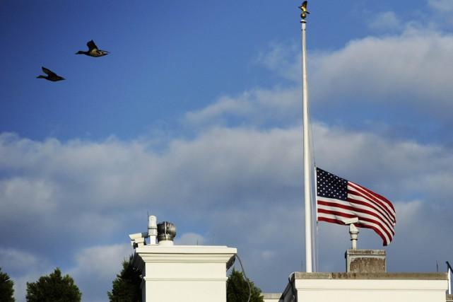 Les drapeaux américains seront mis en berne à la Maison-Blanche et sur d'autres... (ARCHIVES AFP)
