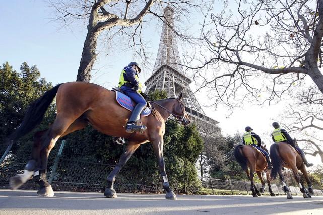Des policiers à cheval patrouillent le secteur près... (Agence France-Presse)