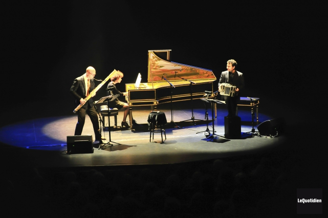 Le trio Bataclan était sur la scène de... (Photo Le Quotidien, Gimmy Desbiens)