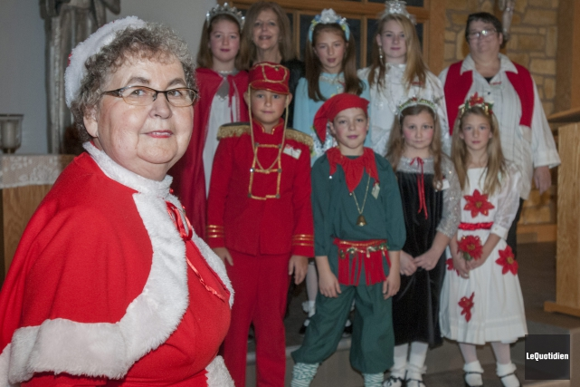 Noëlla Dufour enfile le costume de Maman Noël... (Photo Le Quotidien, Michel Tremblay)