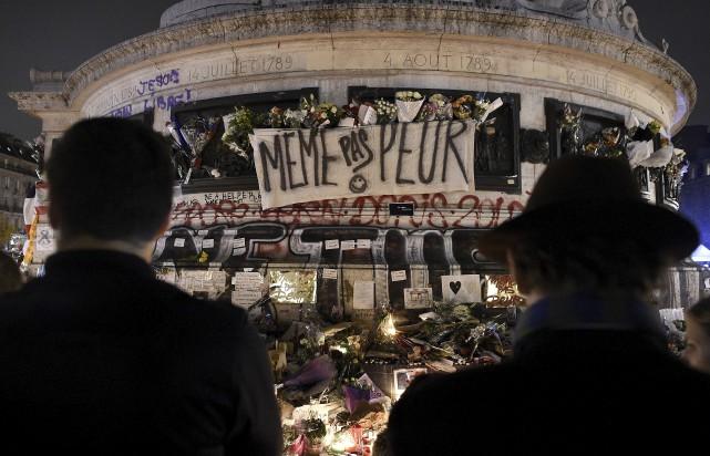 De nombreuses personnes sont venues déposer des lampions... (Agence France-Presse)