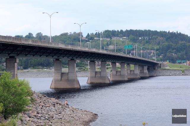 Un jeune homme de 22 ans s'est engagé à sens inverse sur le pont Dubuc, dans la... (Archives Le Quotidien)