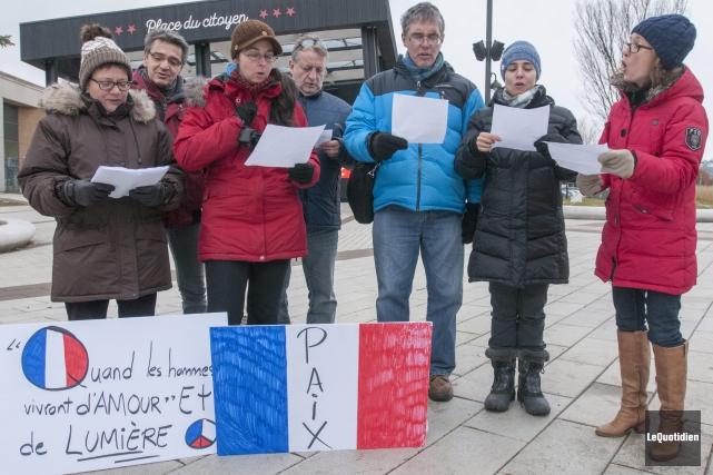 Une dizaine de citoyens se sont réunis, hier,... (Photo Le Quotidien, Michel Tremblay)